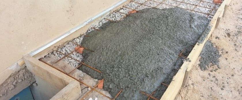 Заливка бетонной отмостки вокруг частного дома